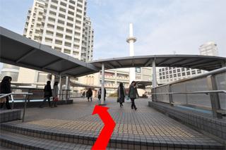 駅出口の左に見える建物